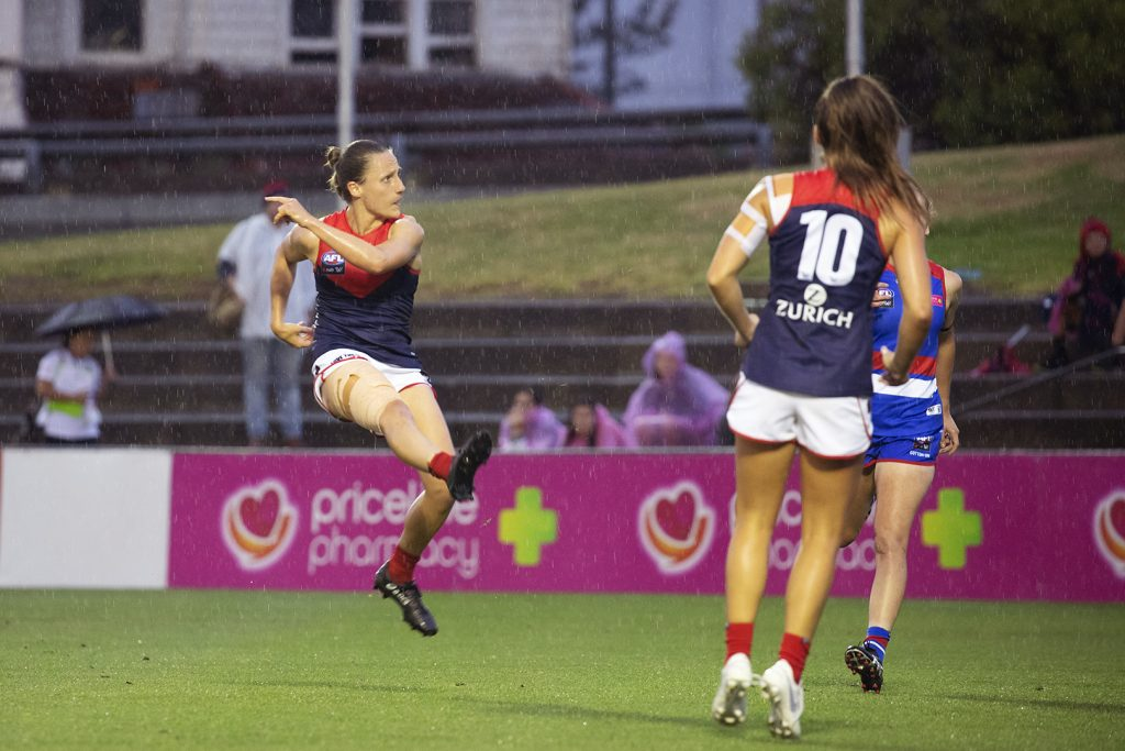 Karen Paxman kicks a goal against the Western Bulldogs. Image: Megan Brewer